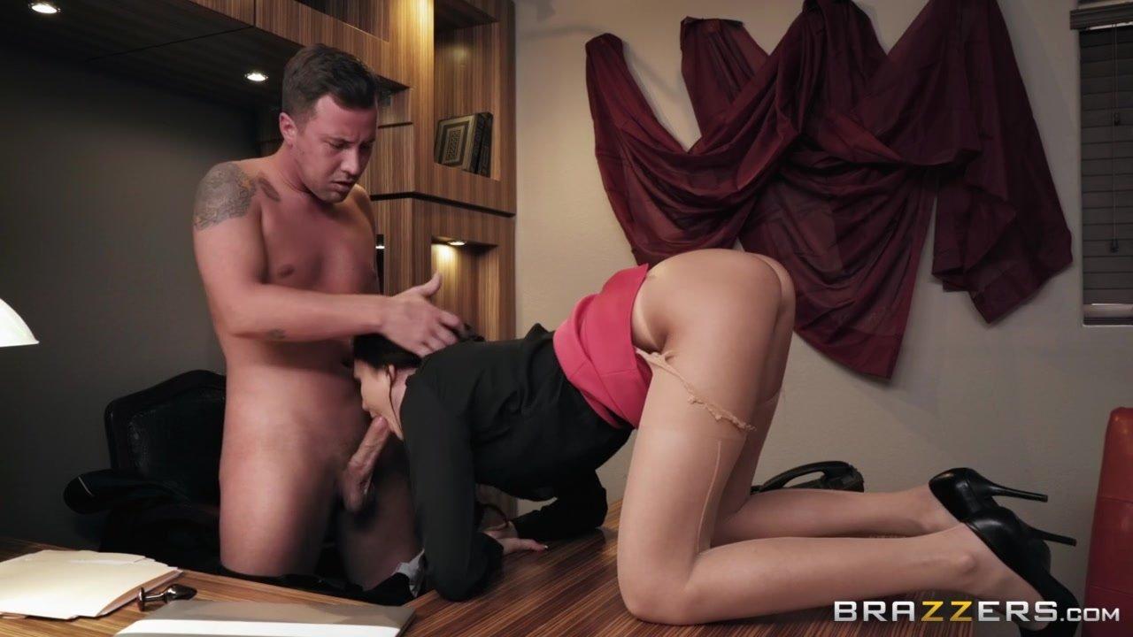 seks-na-rabote-analniy-na-stole-v-chulkah-verhom-na-muzhchine