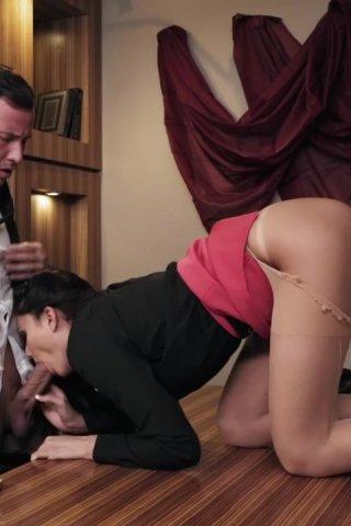 seks-na-rabote-analniy-na-stole-golih-mamochek-stoyashih