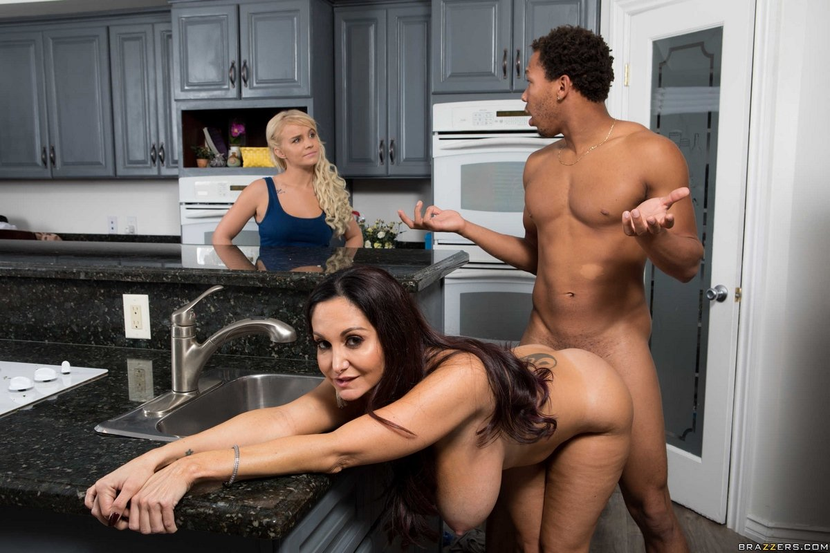 Black mom is having sex in the kitchen — photo 6
