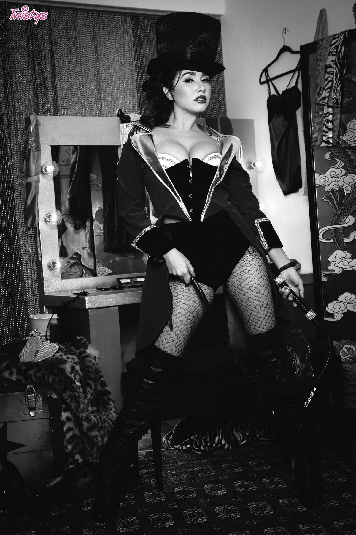 Черно-белая эротика цирковой актрисы в гримерной фото