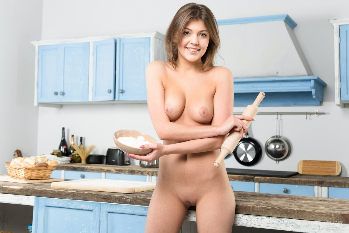 Sexy nude girl cook