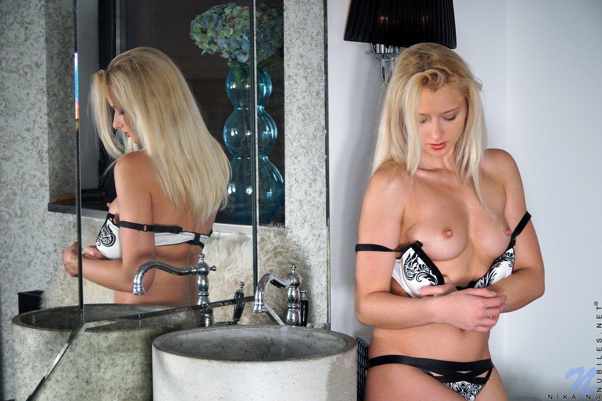 Стройная красивая блондинка перед зеркалом видео