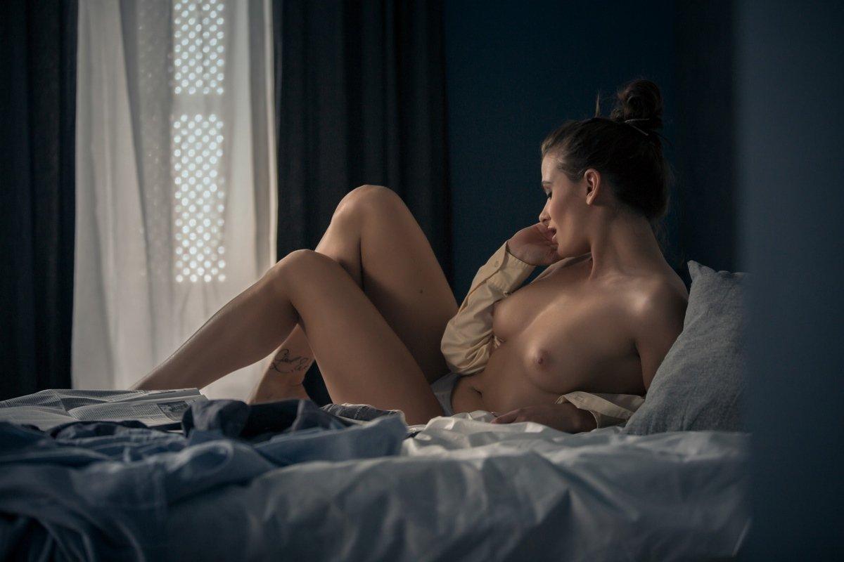 Сексуальная женщина проводит утро в постели фото эротика