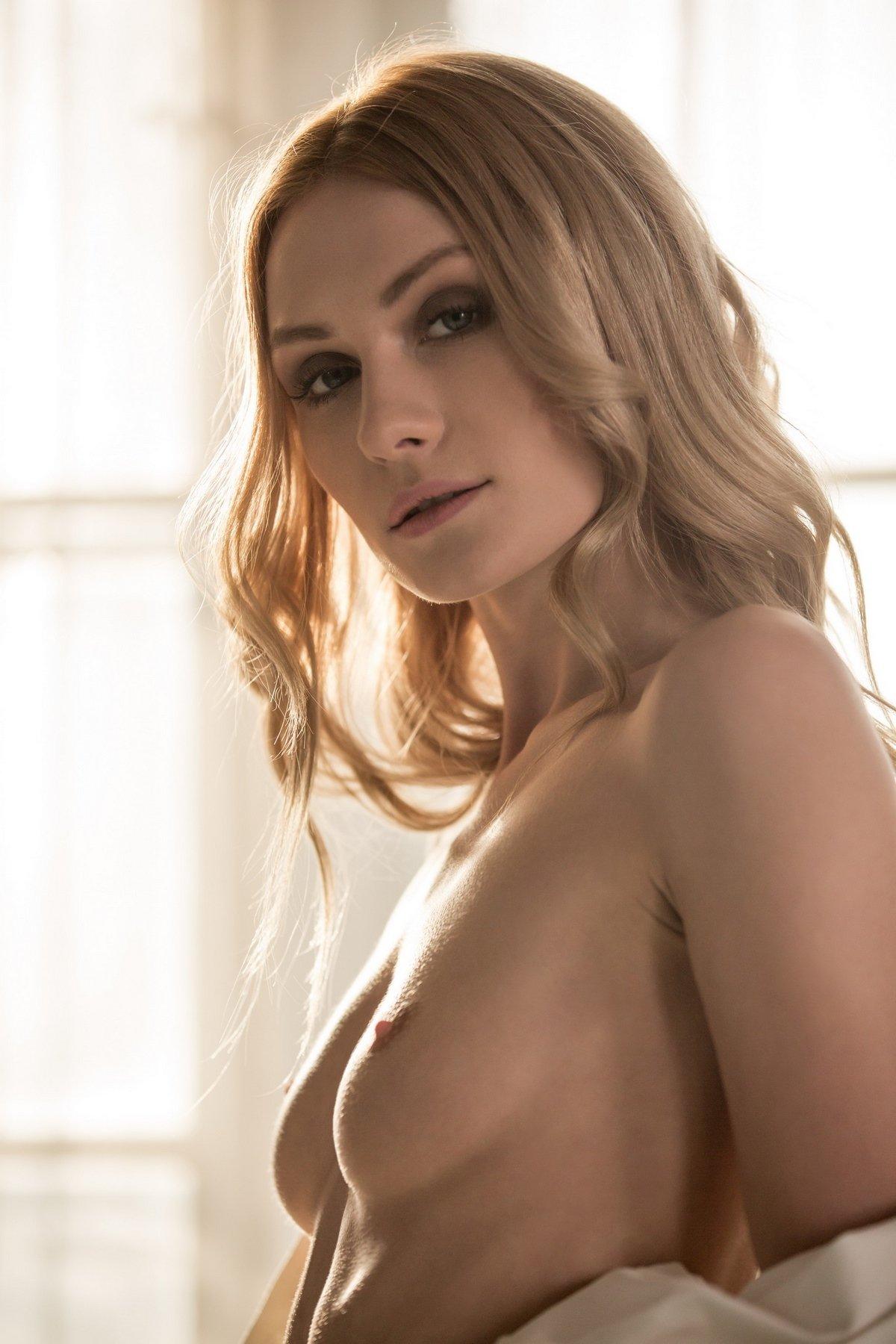 Фото красотка на голое тело колготки, смотреть русское порно видео петтинг