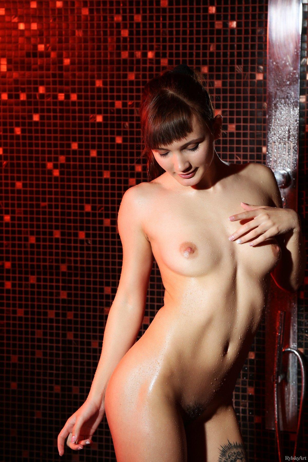 Брюнетка показывает свое обнаженное тело в душе видео, кемерово офисы продаж мэри кэй