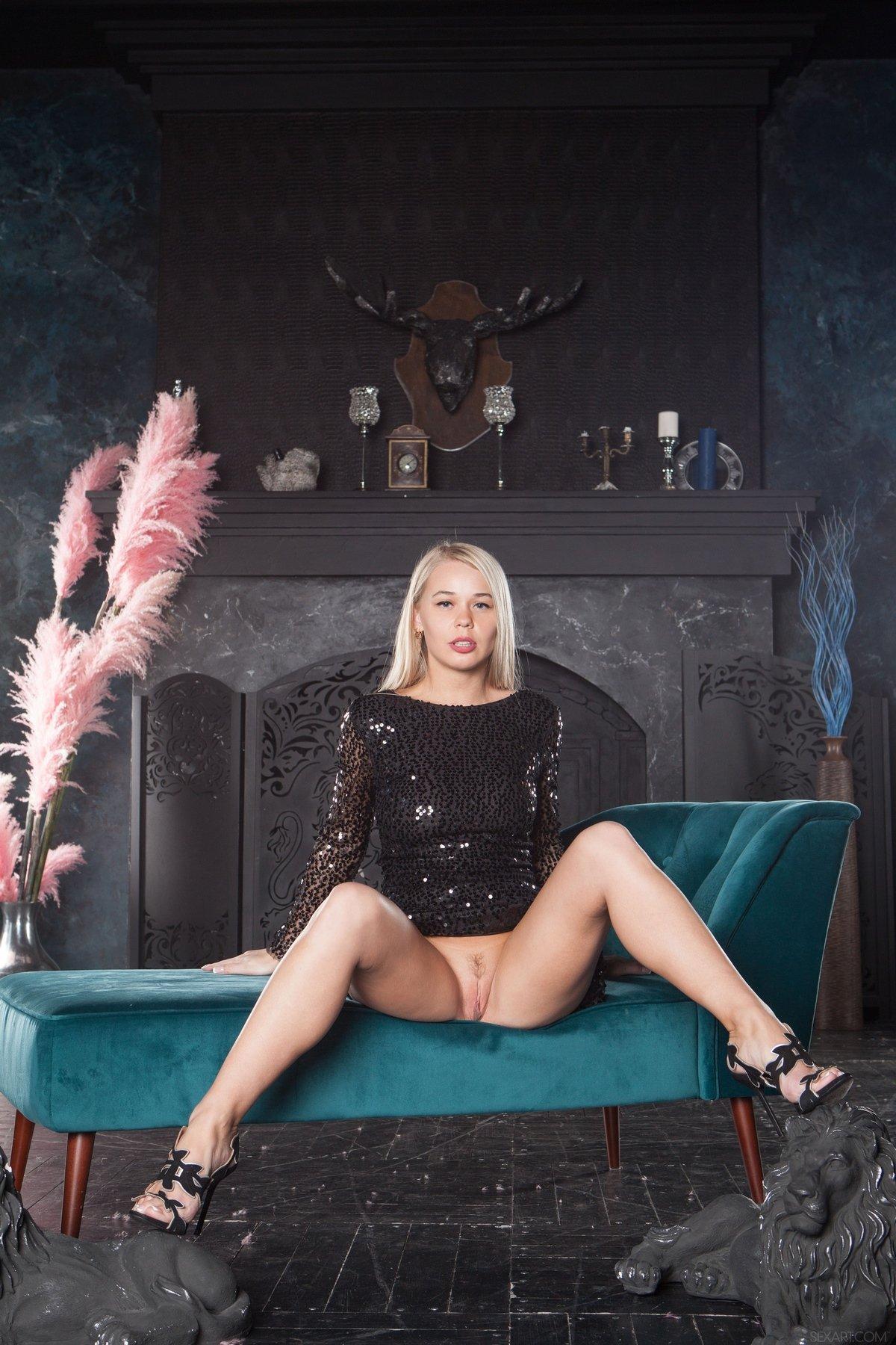 Блондинка снимает черное платье