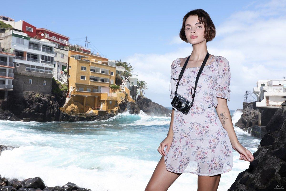 Девушка гуляет по городу в коротком платье без трусов видео — img 7