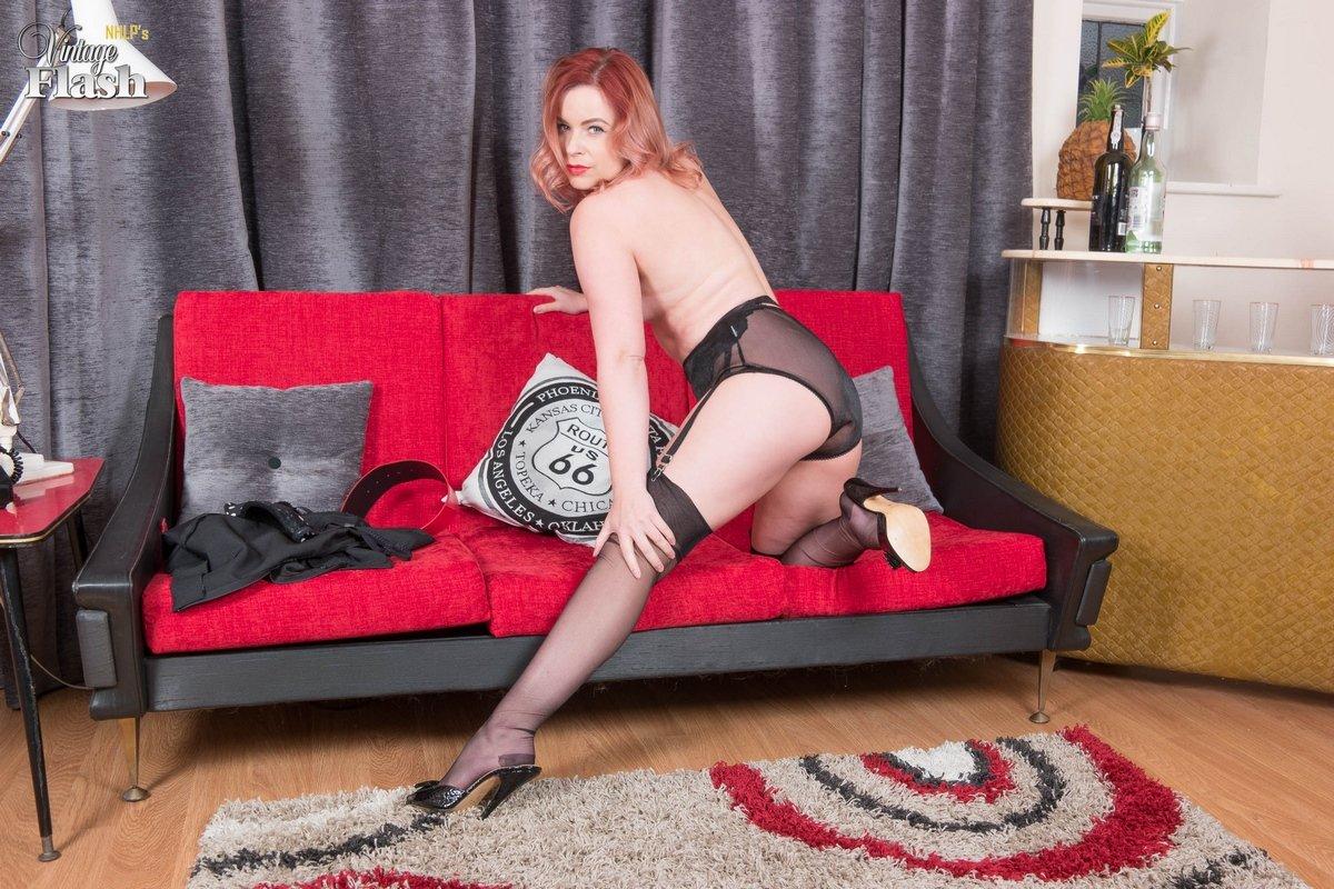 Лорена снимает нижнее белье и показывает супер сисяндры