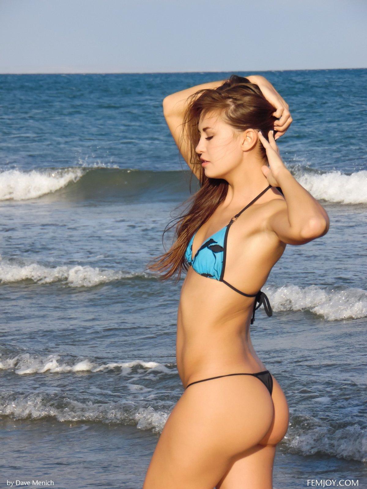 krasivaya-kiska-v-krasivih-trusikah-bikini-negrom