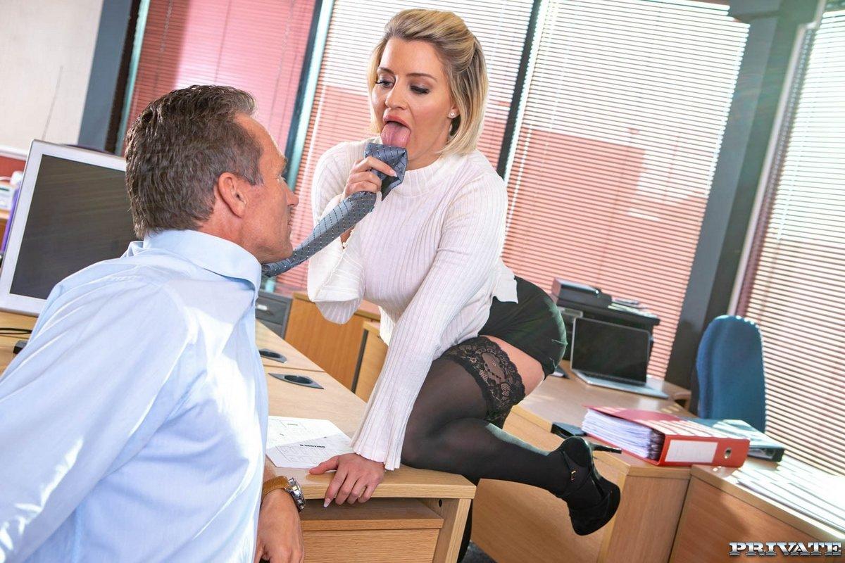соблазнила шефа жопой секретарь