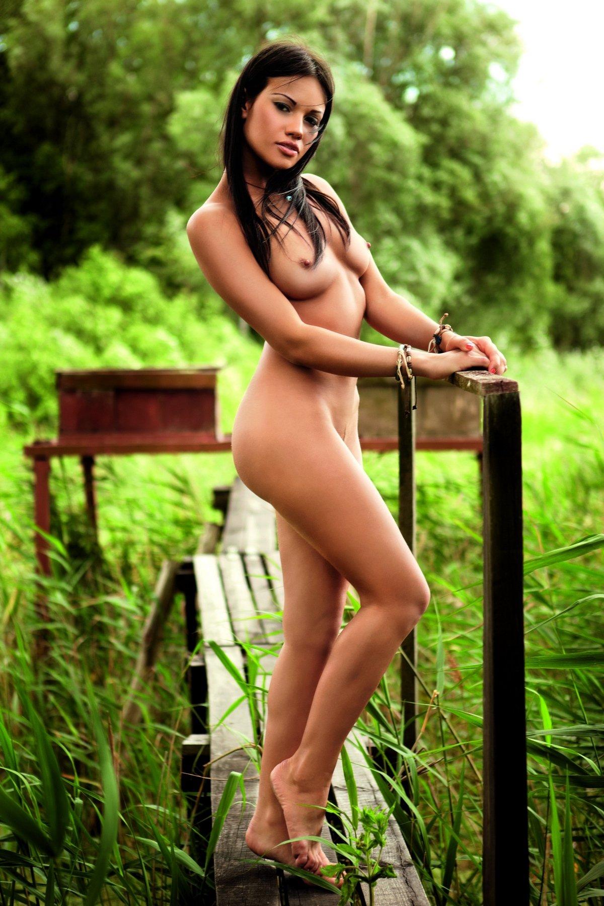 Daria Cybulska позирует на природе для журнала Playboy