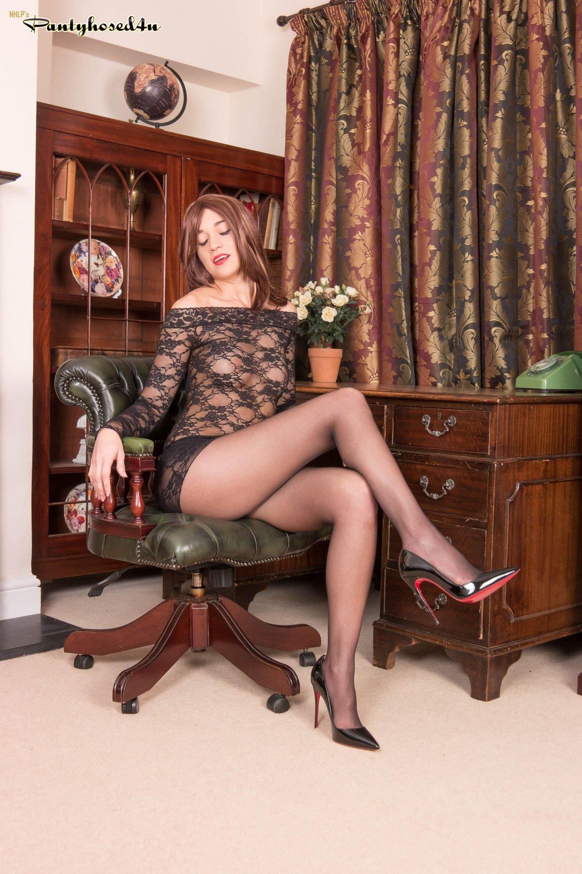 Девушки в кресле ноги крупным планом фото — 7