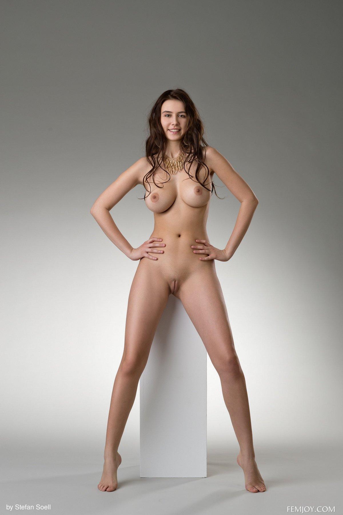 Обнаженная модель показывает идеальное тело в студии Femjoy