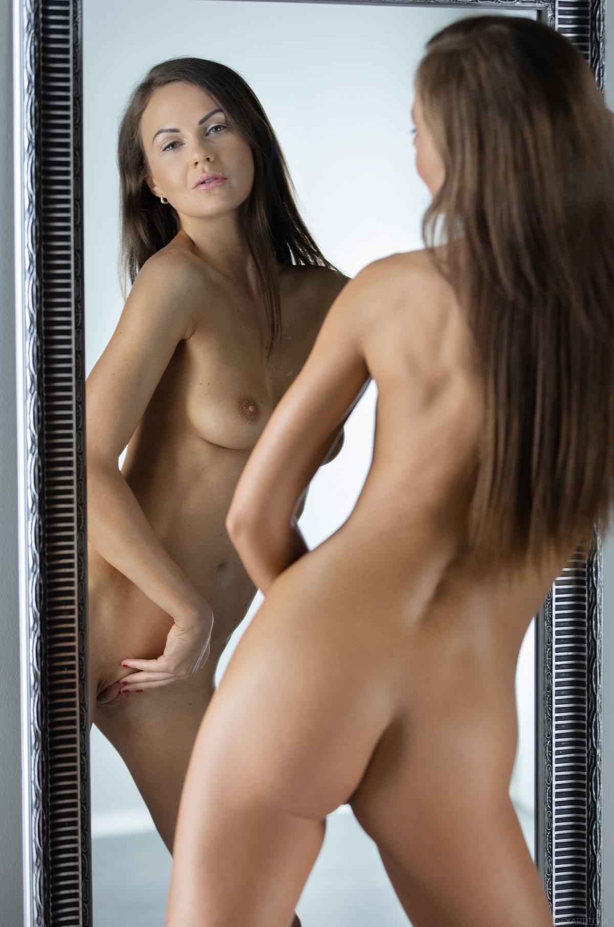 Стройная Tina Kay эротично позирует перед зеркалом