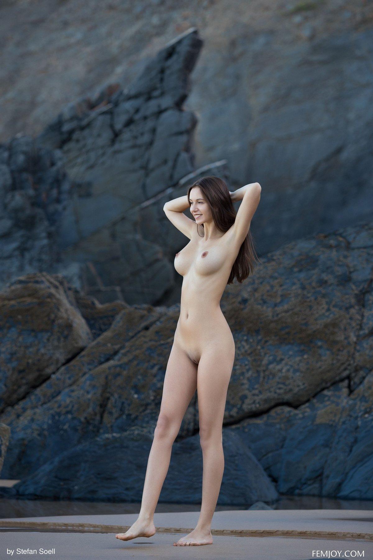 Порно с шикарной брюнеткой на скалах, смотреть секс видео казачки