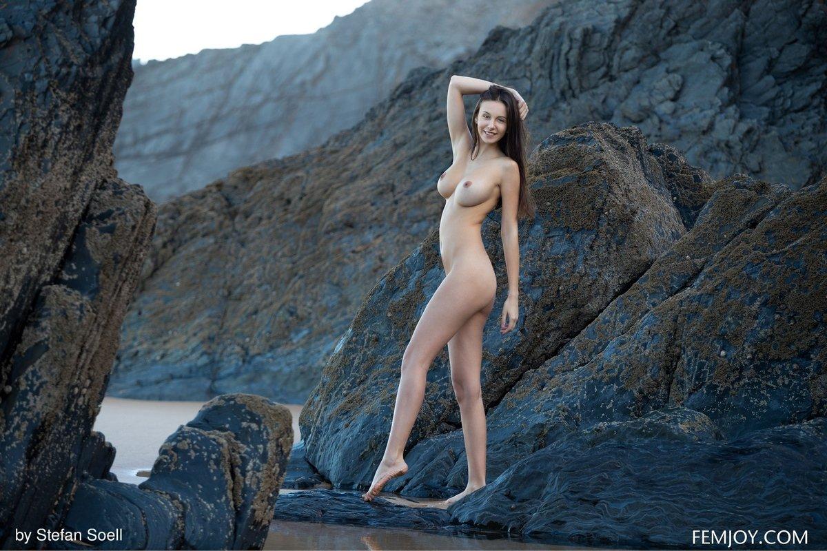 Порно с шикарной брюнеткой на скалах, порно госпожа страпон перчатки