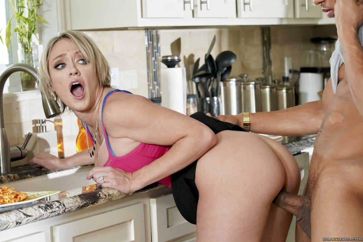 Сексуальная домохозяйка соблазняет мужа на кухне порно фото бесплатно