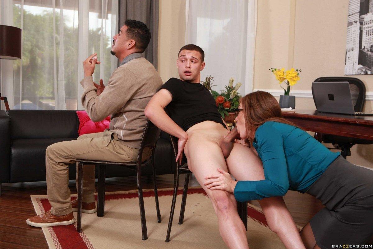 Порно жена сосет другому за спиной мужа
