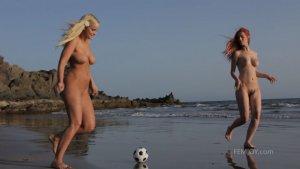 Голые девушки у моря играют в пляжный футбол