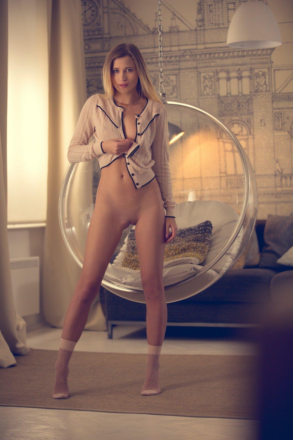 Голая Лиза с длинными светлыми волосами показывает нежное тело