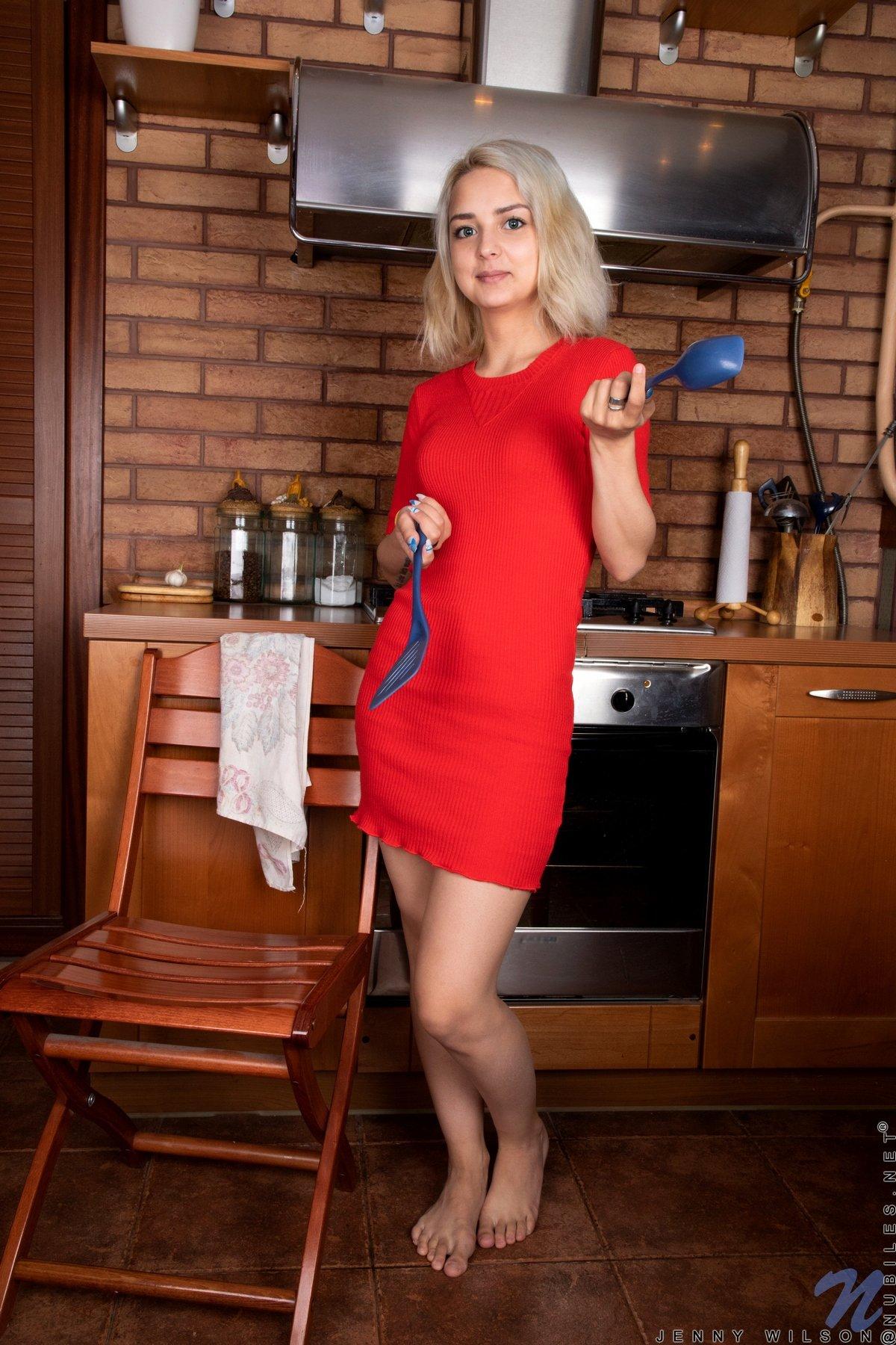Светловолосая домохозяйка на кухне