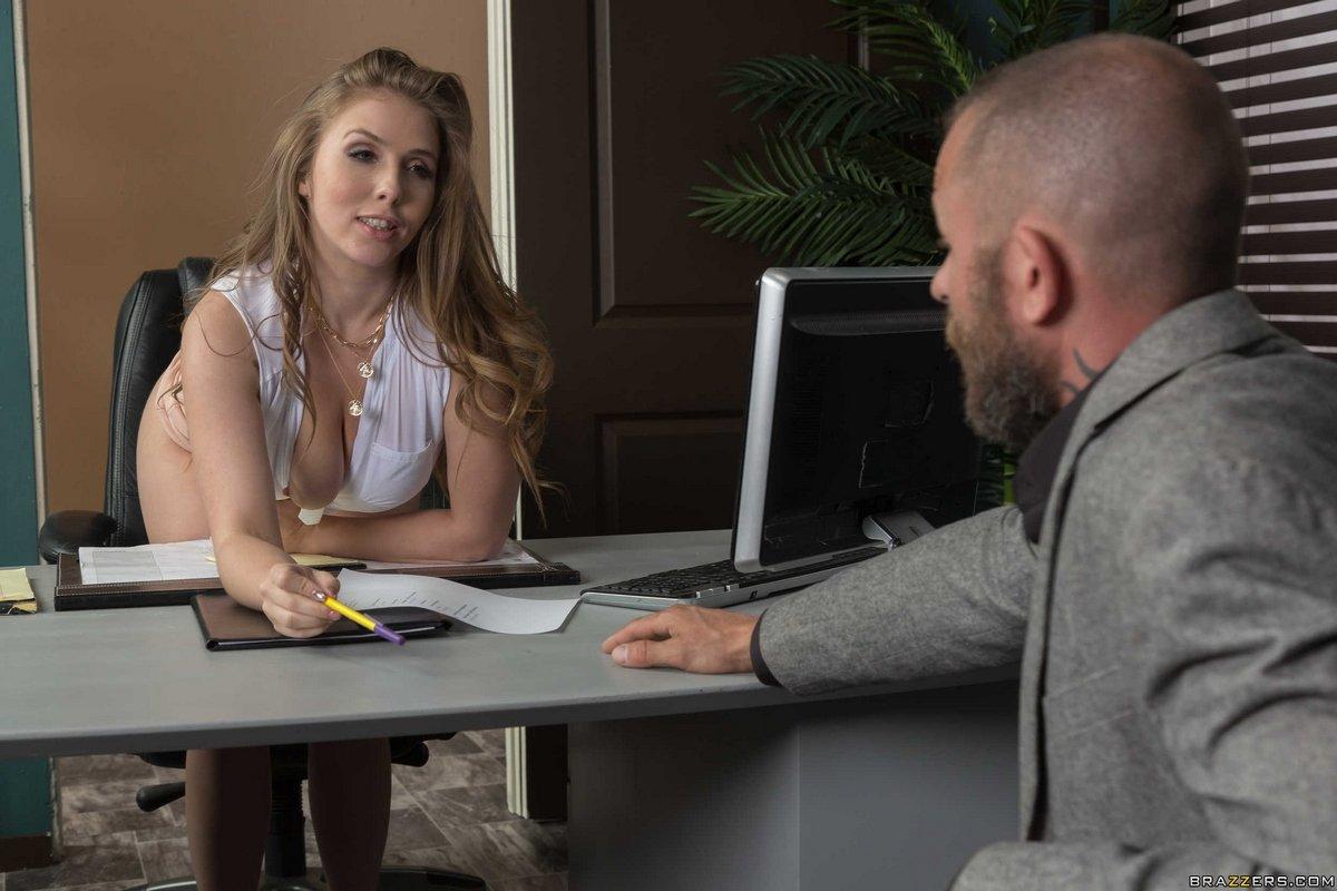 Строгая начальница соблазнила подчиненного в своем кабинете