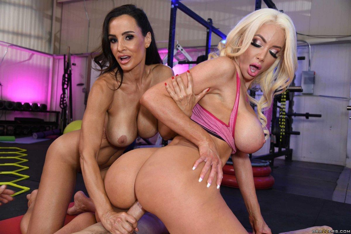 Супер порно с двумя шикарными женщинами с огромными сиськами