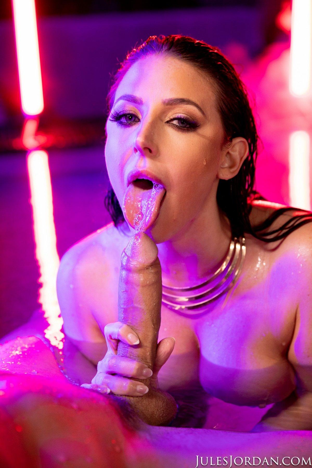 Шикарная дама со змеей занимается сексом в бассейне