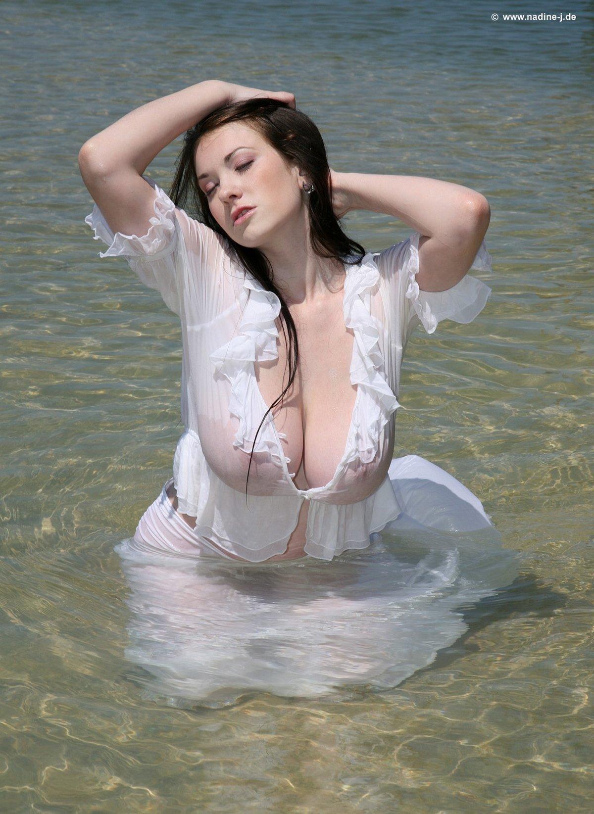 Сексуальная пышка с большими сиськами купается в мое в одежде