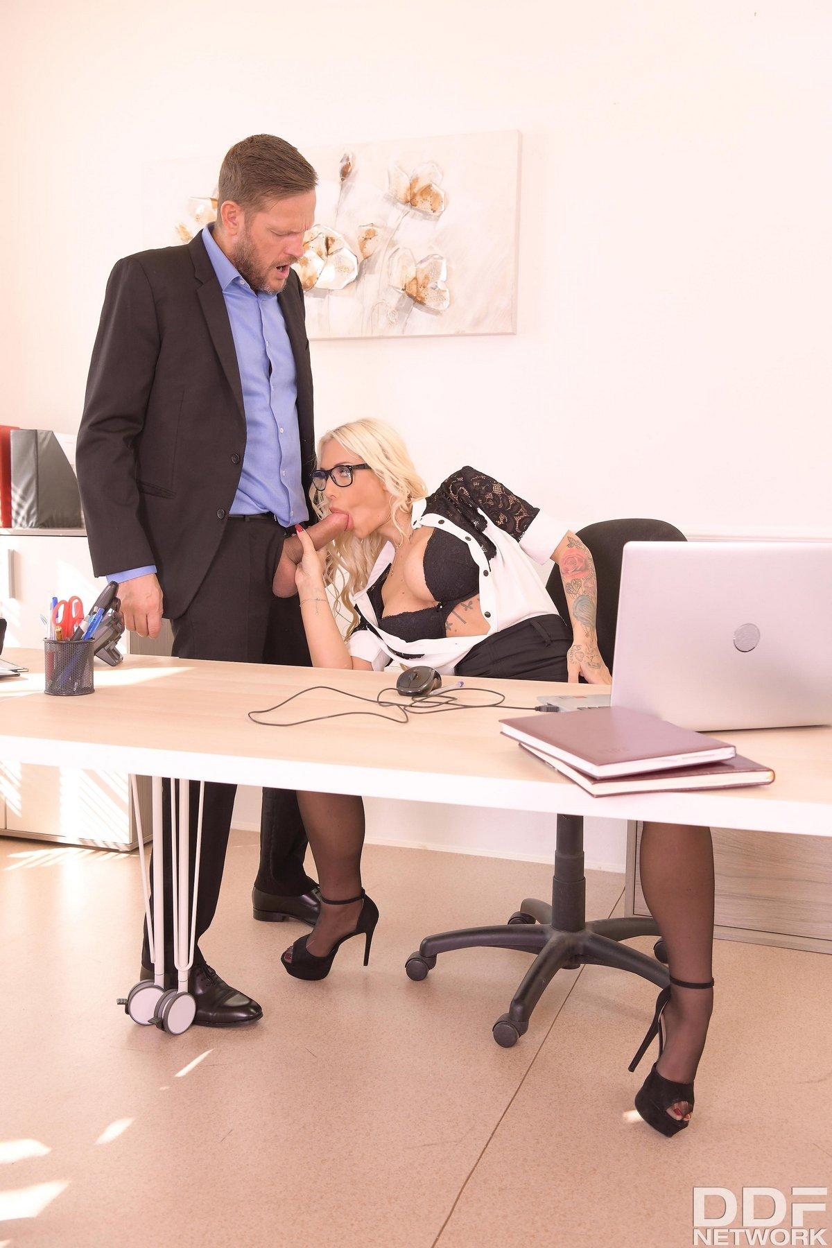 Роскошная начальница занялась сексом с сотрудником в офисе