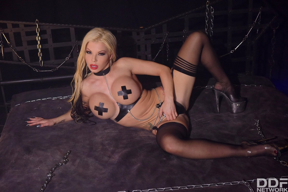 Опутанная цепями Barbie Sins показывает свое потрясающее тело
