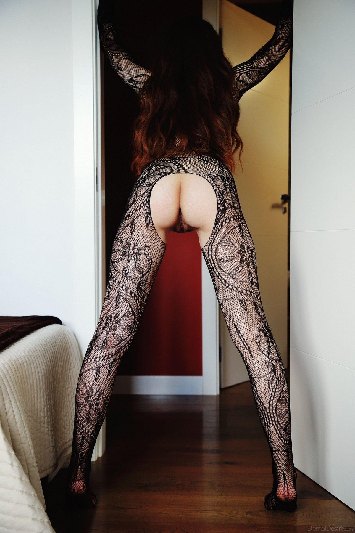Интеллектуалка в эротичном костюме-сетке на голое тело